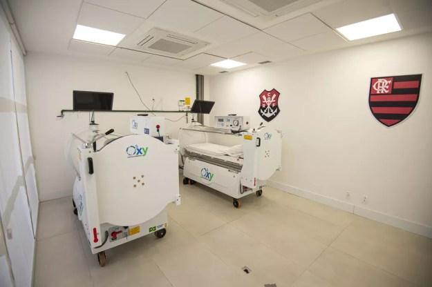 Câmaras hiperbáricas auxiliam na recuperação dos jogadores, que podem até assistir televisão durante a sessão — Foto: Alexandre Vidal / Flamengo