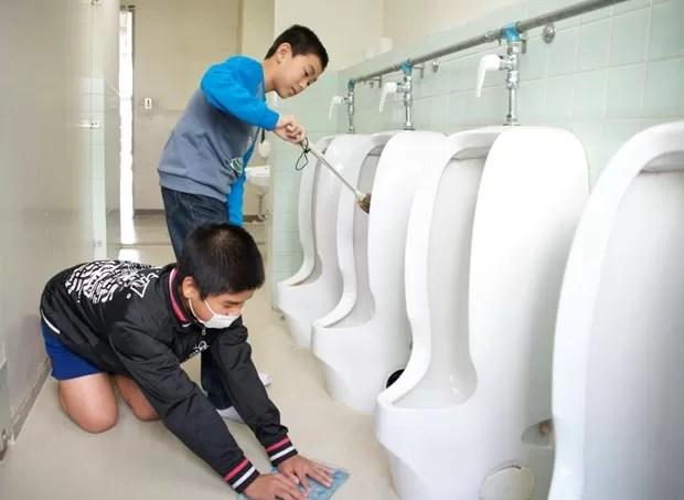 Alunos limpam até o banheiro da escola. (Foto: Marcelo Hide/BBC)