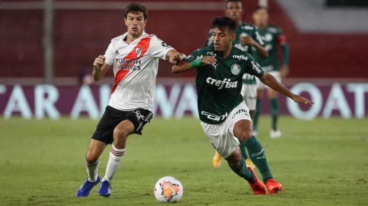 Gabriel Menino disputa com Nacho Fernández — Foto: Cesar Greco/Palmeiras