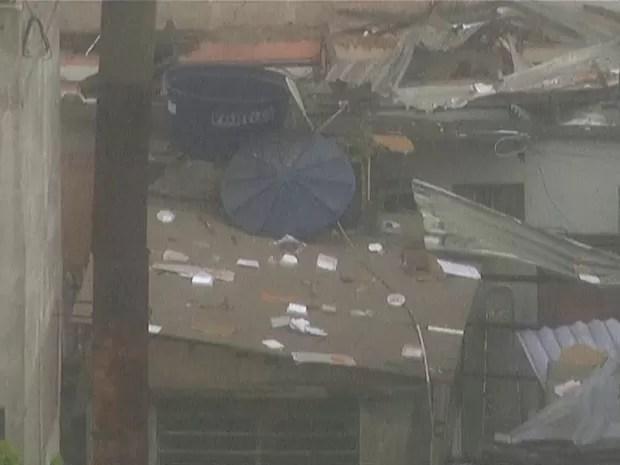 Embalagens de pizza foram parar no teto de imóveis (Foto: Reprodução/TV Globo)