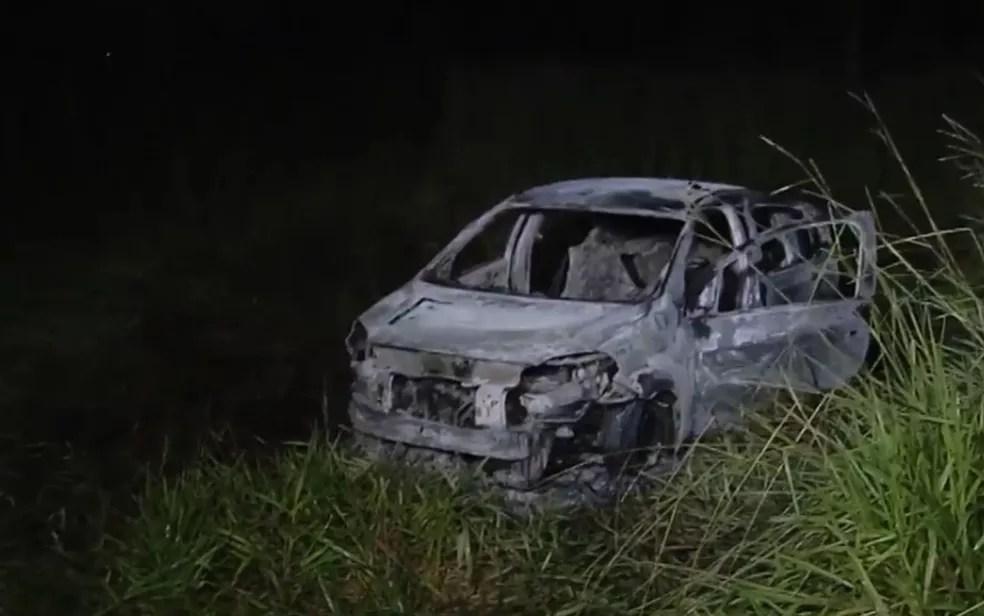 Carro foi encontrado carbonizado em uma mata na zona rural de Abadia de Goiás (Foto: Reprodução/TV Anhanguera)