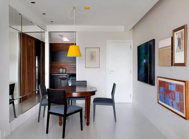 A mesa de jantar já pertencia ao acervo do morador. Cadeiras de jantar, modelo Sofia, à venda na Way Design  (Foto: Juliano Colodeti - MCA Estúdio/Divulgação )