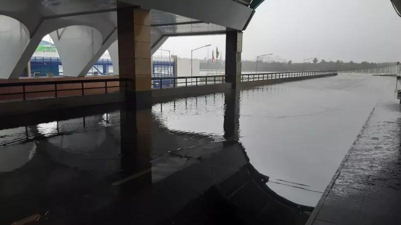 Alagamento na via para veículos próximo a área de embarque do aeroporto de Salvador — Foto: Adriana Oliveira/TV Bahia