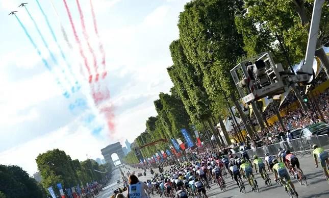 Ciclistas na Champs Elysées
