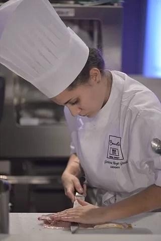 Giovanna Mayer cozinha durante competição no Rio de Janeiro (Foto: Arquivo Pessoal / Giovanna Mayer)