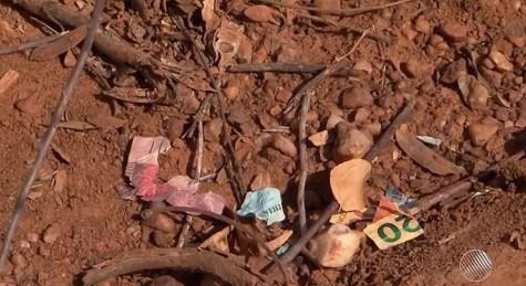 Notas destruídas ficaram no local após a fuga dos bandidos (Foto: Reprodução/TV São Francisco)