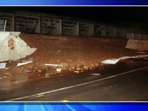 Muro de estádio municipal de Monte Aprazível desabou por conta da chuva (Foto: Reprodução/TV Tem)