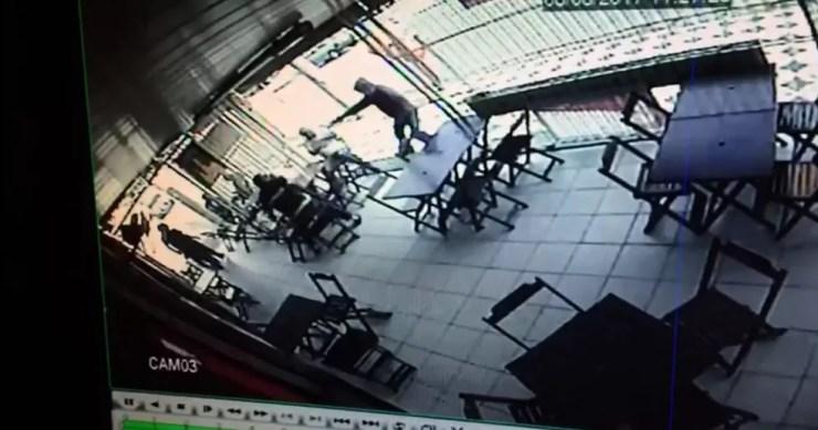 Idoso morreu no hospital após ataque em bar de Sorocaba (Foto: Reprodução/Câmara de segurança)