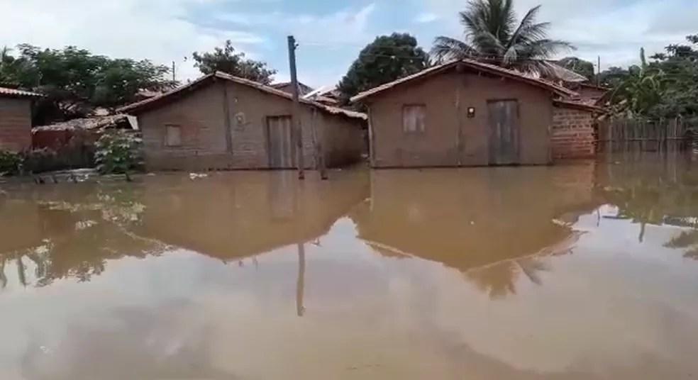 Casas atingidas após cheia do Rio Parnaíba em Miguel Alves — Foto: Reprodução