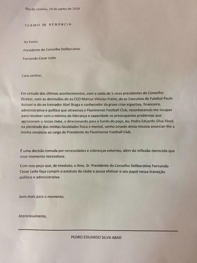 Carta entregue por torcedores pedindo a saída de Abad do Flu (Foto: Caio Blois)