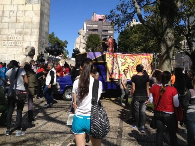 Manifestantes vão seguir para a Boca Maldita, no Centro (Foto: Adriana Justi / G1)