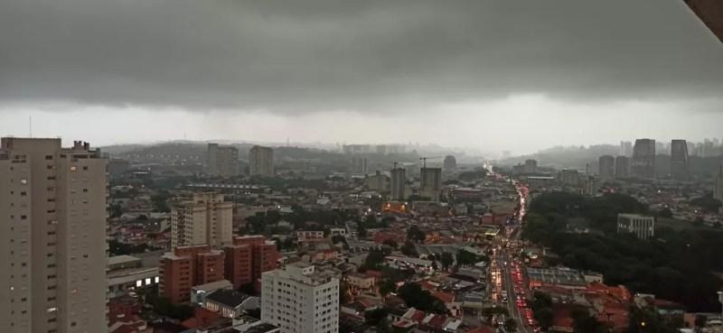 Dia vira noite em Santo Amaro, na Zona Sul de São Paulo, na manhã desta sexta, 9 de outubro — Foto: Sávio Ladeira/G1