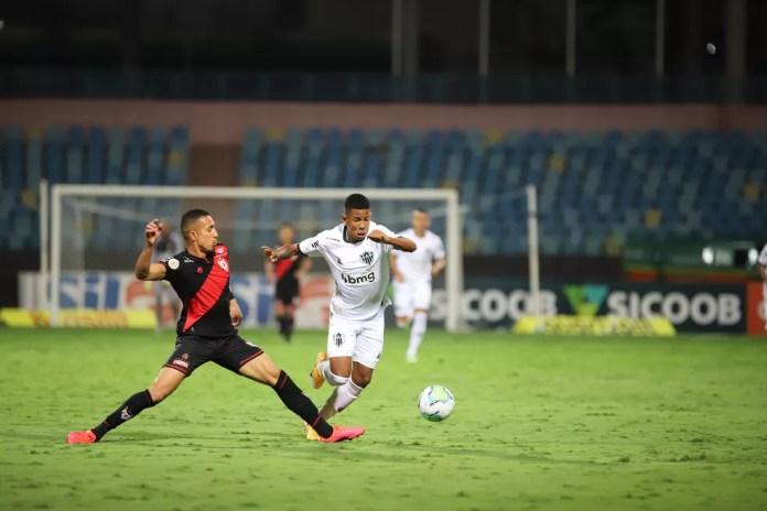 Savinho em ação no seu primeiro jogo como profissional do Atlético-MG, contra o Atlético-GO — Foto: Pedro Souza/Atlético-MG