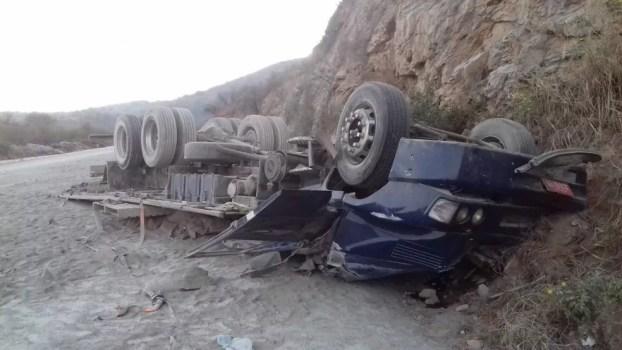 Motorista perdeu o controle do veículo e capotou — Foto: PRF/Divulgação