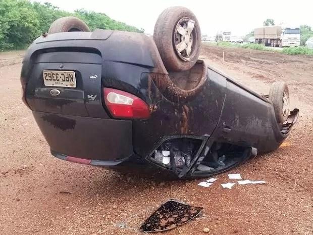 Policiais encontraram carro cheio de droga após capotamento na BR-364. (Foto: Assessoria/PRF)