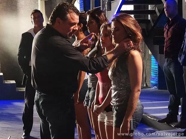Russo interroga Waleska sobre os clientes fixos (Foto: Salve Jorge/TV Globo)