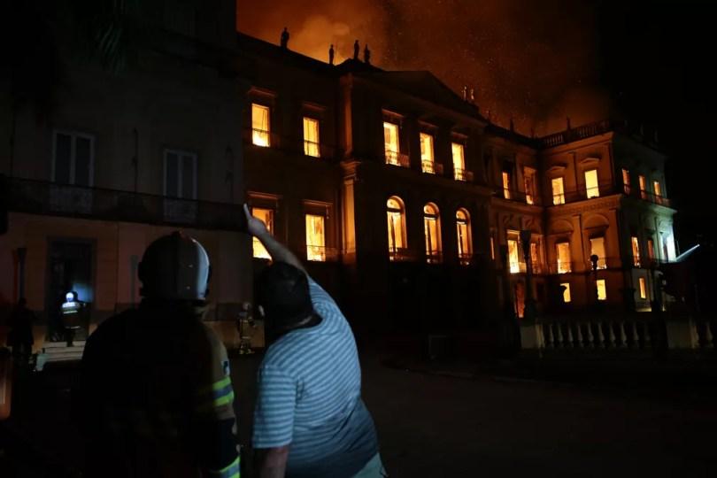 Incêndio atingiu Museu Nacional por volta das 19h30 deste domingo (2) (Foto: Fernando Souza /Adufrj)