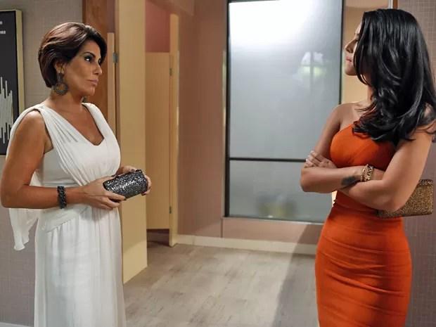 Beatriz decide ajudar Aderbal a se livrar da amante pegajosa (Foto: Ellen Soares / Gshow)