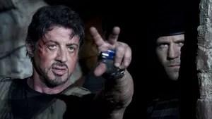 Um grupo de mercenários americanos parte para a América Latina para derrubar um cruel ditador. Lá, se tornam dispensáveis para quem os contratou e passam a usar todas as suas habilidades para sobreviver.