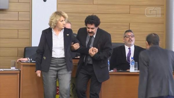 Iara Bernardi (PT) foi amparada por outro vereador após discussão em Sorocaba (SP) (Foto: Marcos Pinguim/TV TEM)