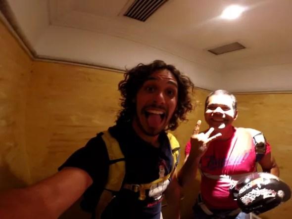 Arthur Zanella (esq.) e Thiago Negão na cabine no banheiro do Terraço Itália (Foto: Arquivo Pessoal/Arthur Zanella)
