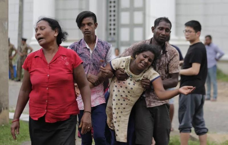 Pessoas reagem após atentado a um templo em Colombo, Sri Lanka, neste domingo (21). — Foto: AP Foto