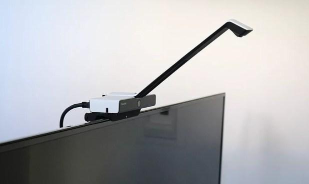 Acessório para criar tela touch fica encaixado acima do aparelho, com um sensor para identificar movimentos (Foto: Divulgação/Touchjet)