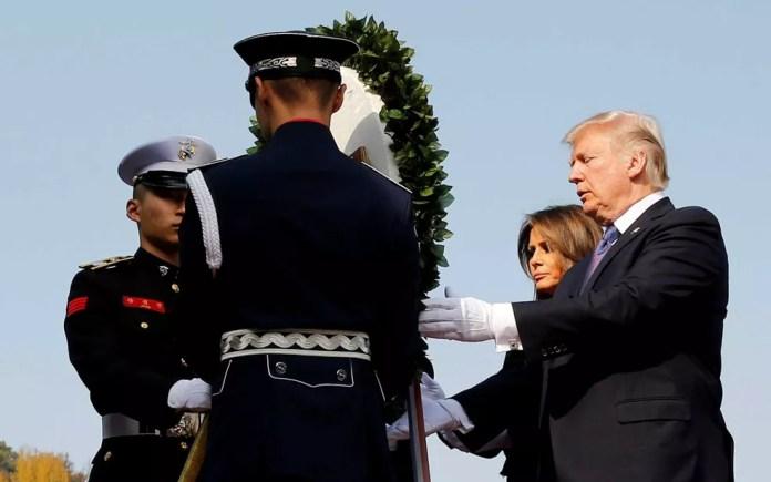 O presidente dos EUA, Donald Trump, e a primeira dama Melania participam de uma cerimônia de entrega de coroas no cemitério nacional de Seul, na Coreia do Sul (Foto: Jonathan Ernst / Reuters)