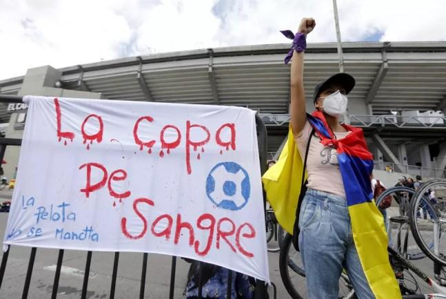 Manifestante protesta contra Copa América, em Bogotá, na Colômbia — Foto: EFE/Carlos Ortega