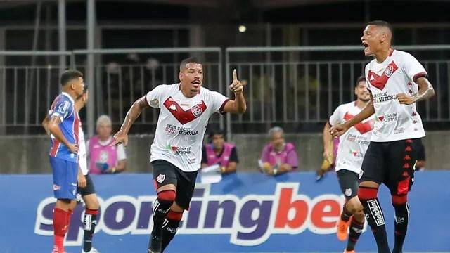 Carleto comemora primeiro gol do Vitória nesta noite