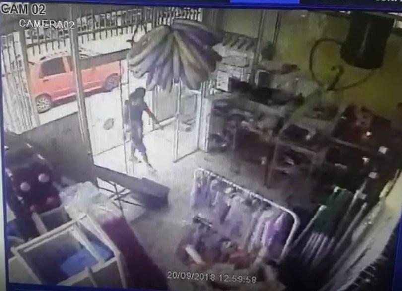 Câmera de segurança flagra momento em que pai entra com filho no colo para comprar corda em Boituva — Foto: Reprodução/TV TEM