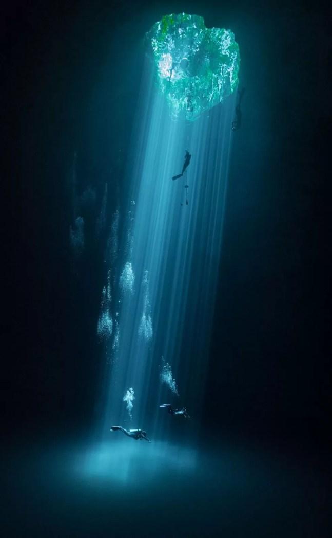 Mergulhadores em uma massa de água doce conhecida no México como Cenotes. — Foto: Joram Mennes / TNC Photo Contest 2021