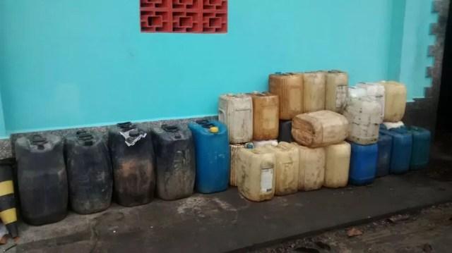 Na casa de um dos suspeitos, em Miracatu, foram encontrados barris com várias substâncias químicas. (Foto: Divulgação/Polícia Militar)