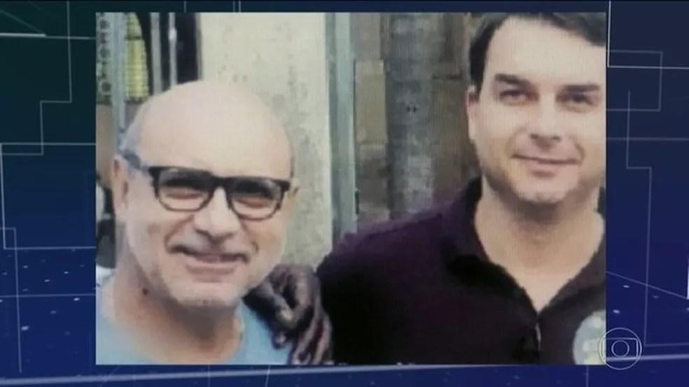 Fabrício de Queiroz em imagem ao lado de Flávio Bolsonaro — Foto: Reprodução/JN