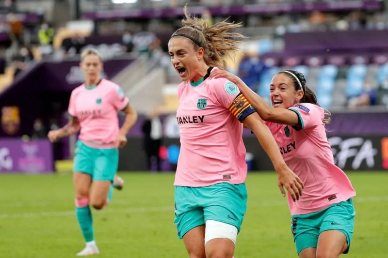 Alexia Putellas é agarrada por Aitana Bonmati na comemoração do gol do Barcelona sobre o Chelsea, na final da Champions feminina — Foto: EFE/Juan Carlos Cárdenas