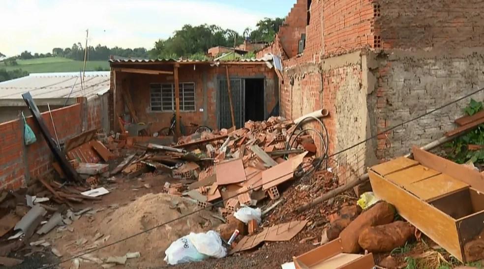 Em Cambé, temporal levou telhados e derrubou muros e paredes — Foto: Reprodução/RPC