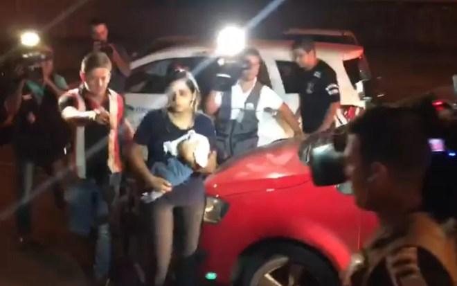 Pauliana chegou em um carro com o marido Genésio carregando um dos bebês, Trindade, Goiás — Foto: Reprodução/TV Anhanguera