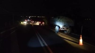 Casal bateu na traseira de um caminhão de reboque artesanal na AL-115 em Arapiraca — Foto: BPRv