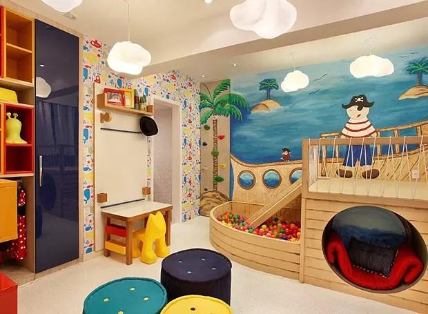 A colorida brinquedoteca foi criada como um cenário lúdico, com cores primárias. O móvel-brinquedo é um delírio para qualquer criança e foi construído a partir de sobras de madeira. O projeto é de Ana Cano Milman e Lavínia Jobim  (Foto: Divulgação)