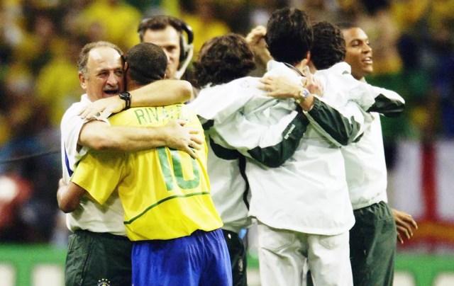 Luiz felipe scolari abraça Rivaldo na comemoração do título mundial de 2002 — Foto: Getty Images