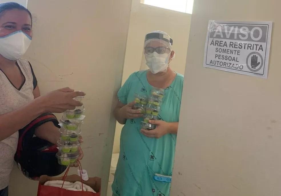 Profissionais do Hospital do Juruá, em Cruzeiro do Sul, receberam os kits de docinhos — Foto: Arquivo pessoal