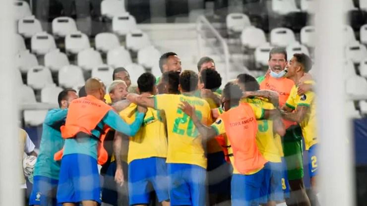 Brasil vence a Colômbia de virada