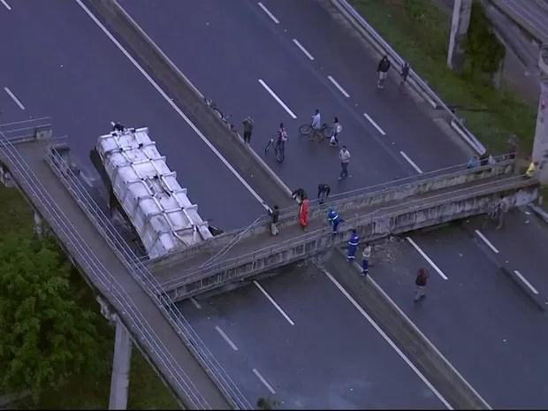 Caminhão bateu em passarela na Rio-Santos (Foto: Reprodução/TV Globo)