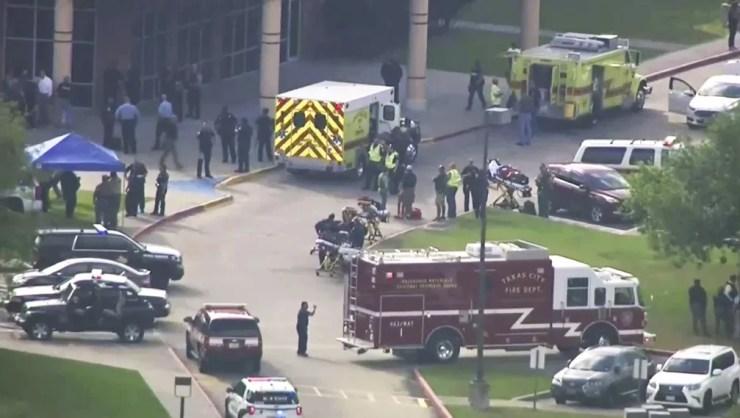 Equipes de emergência e policiais atendem feridos após tiroteio em escola de ensino médio em Santa Fe, Texas  (Foto: Michael Ciaglo/AP)