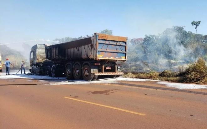 Corpo de Bombeiros e caminhões-pipa combateram as chamas em Miguelópolis, SP — Foto: Fábio Reis/Divulgação