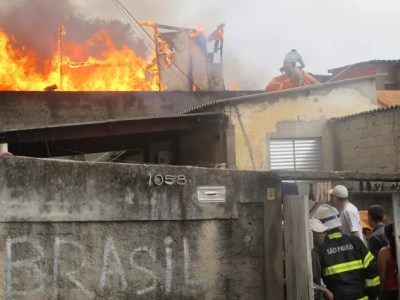 Bombeiros trabalham para apagar fogo em favela (Foto: Paulo Toledo Piza/G1)