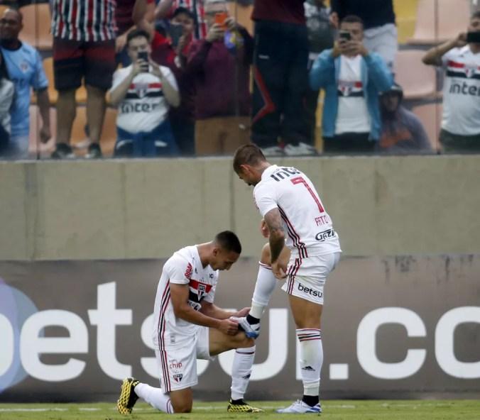 Antony e Pato comemoram gol contra o Oeste — Foto: Fernando Roberto Teixeira