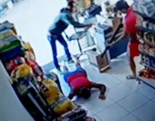 Rendido, e deitado de costas no chão, ele estava praticamente imóvel quando levou os tiros (Foto: Reprodução/vídeo)