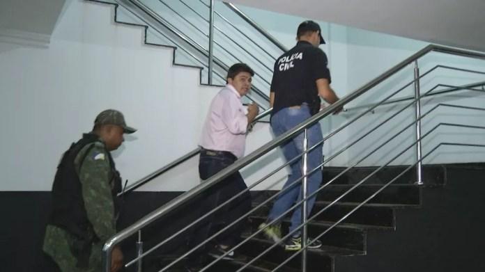 Major Negreiros é escoltado por policiais (Foto: Reprodução/TV Anhanguera)