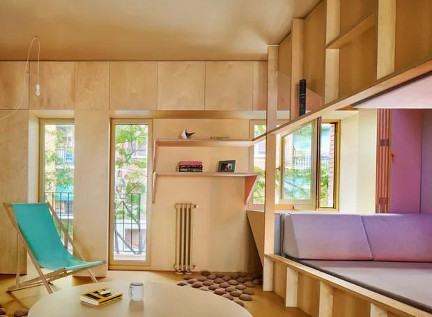 A madeira compensada funciona como estrutura para a cama, armários e até decoração (Foto: José Hevia./ Dezeen)